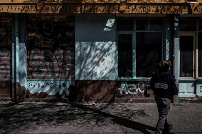 Une swastika peinte sur la devanture d'un magasin à Lyon en avril.