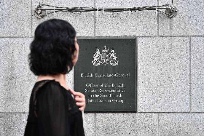 Une femme devant le consulat général britannique à Hongkong, le mardi 20 août.