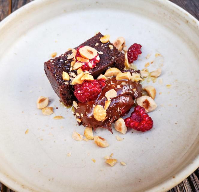 Chocolat sur chocolat, avec framboises et noisettes.