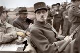 Le général Charles de Gaulle dans une Jeep en Normandie quelques jours après le débarquement des troupes alliées, le 14 Juin 1944.