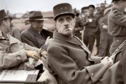 Le général Charles de Gaulle dans un jeep en Normandie quelques jours après le débarquement des troupes alliées, le 14 Juin 1944.