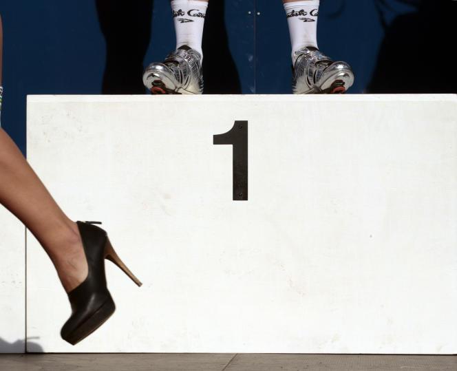Une« hôtesse podium» quitte la scène après avoir félicité le vainqueur des championnats du monde de cyclisme sur route, en2011, à Copenhague.
