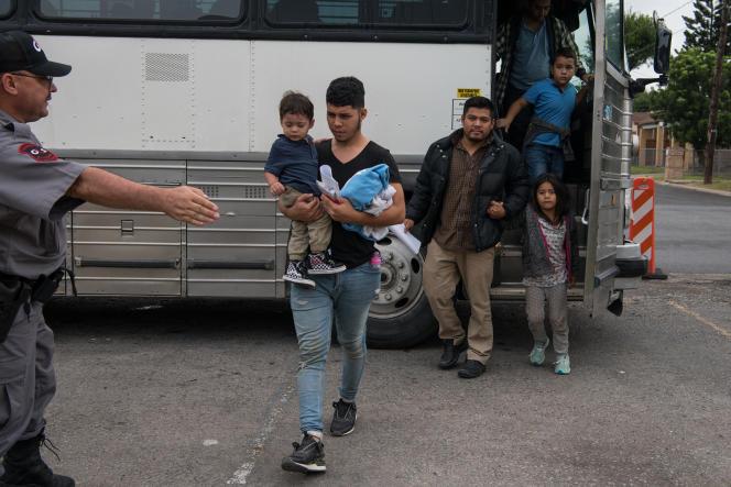 Des familles centraméricaines relâchées après avoir été en détention à McAllen, au Texas, le 12 juin.