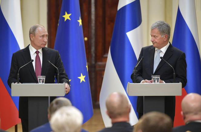 Le président finlandais Sauli Niinistö (à droite) avec le président russe Vladimir Poutine le 21 août 2019 à Helsinki.