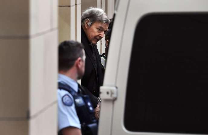 Le cardinal australien George Pell est escorté en dehors de la Cour suprême de l'Etat de Victoria, à Melbourne, le 21 août.