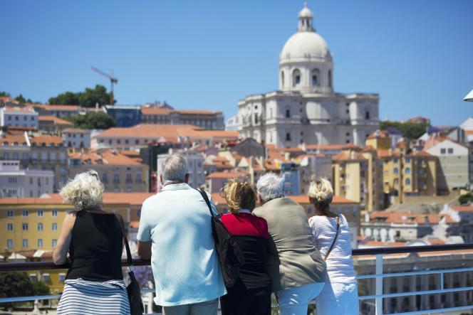 Des touristes français dans le quartier de l'Alfama, à Lisbonne, au Portugal.