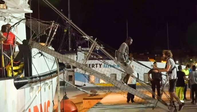 Le navire humanitaire « Open-Arms» lors de son arrivée à Lampedusa, le 20 août.