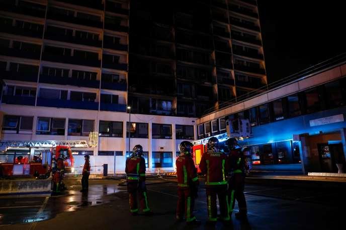 Des pompiers face à l'immeuble qui a pris feu à Créteil, mercredi 21 août dans la soirée.