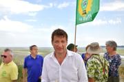 Yannick Jadot, le 25 juillet, sur la plage du Valais (Saint-Brieuc), fermée depuis juin en raison de la prolifération d'algues vertes.