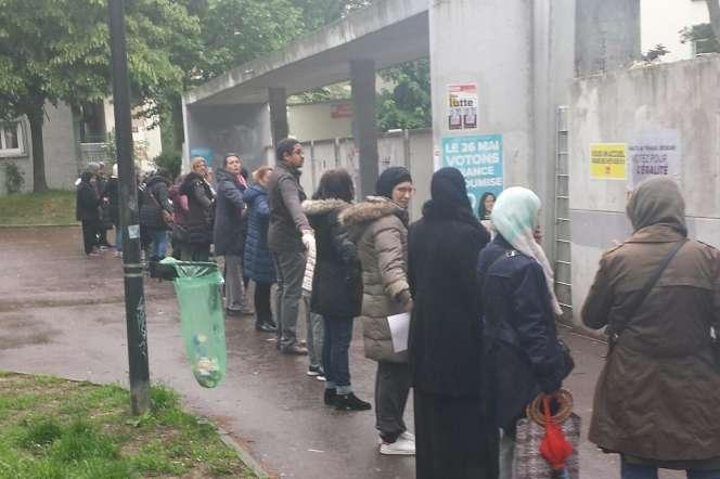 Devant le collège Fabien, à Saint-Denis, le 13 juin.Photo prise par le collectif «Bien vivre à Saint-Denis».