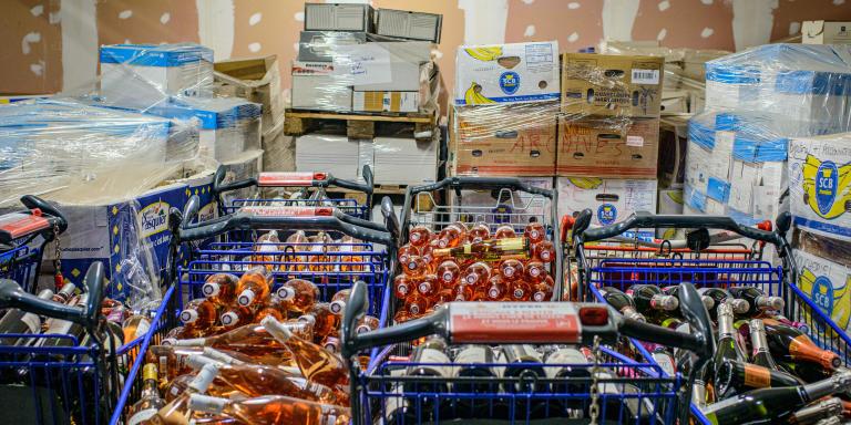 Bouteilles de vins stockés dans les réserves du magasin Hyper U. Hypermarché U de la ville de Mendes. Département de la Lozère. Région Occitanie. France.