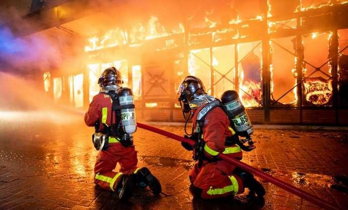 Des sapeurs-pompiers de Paris interviennent sur un feu dans un marché couvert à Levallois-Perret le 18 août.
