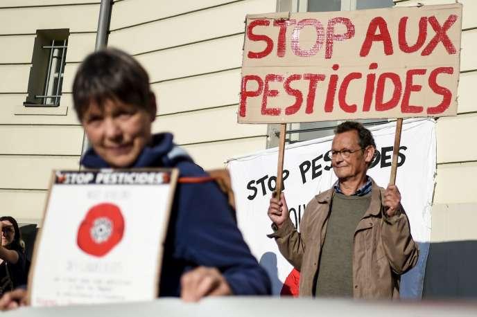 Manifestation de soutien à Daniel Cueff, le maire de Langouët, devant le tribunal administratif de Rennes, jeudi 22 août.