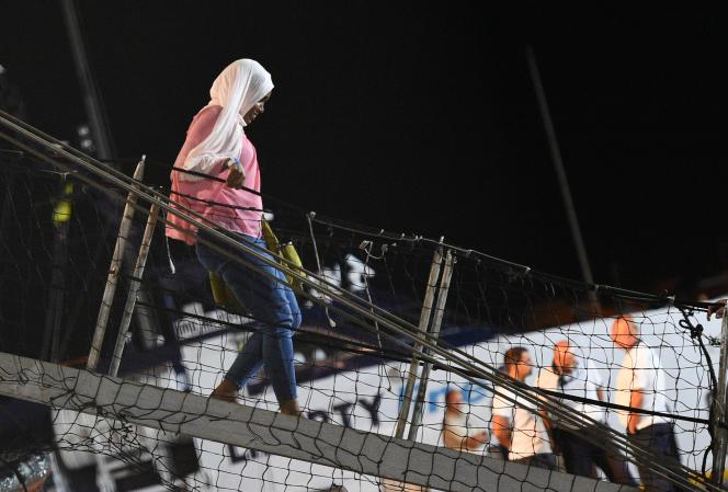 Une migrante débarque du « Open-Arms» mardi soir 20 août 2019, sur l'île italienne de Lampedusa.
