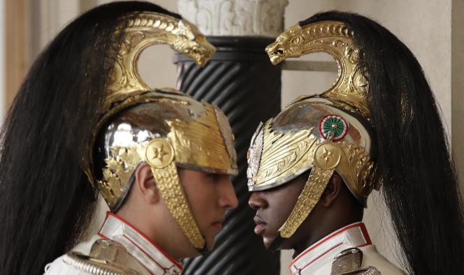 Changement de gardes devant le palais Quirinal, où se déroulent les consultations du président de la République italienne avec les partis politiques présents au Parlement, jeudi22août.