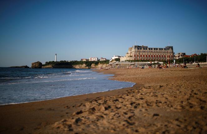 L'Hôtel du Palais et le phare de la pointe Saint-Martin, à Biarritz, le 22 août.