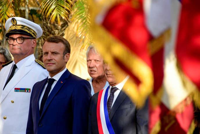 Emmanuel Macron entouré du préfet du Var, Jean-Luc Videlaine, et de François Arizzi, maire de Bormes-les-Mimosas où ils se trouvent, le 17 août.