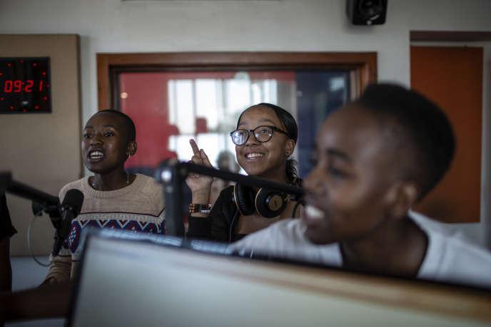 De gauche à droite: Michelle Selemela, Keabetswe Lebakeng et Gomolemo Seboko animent l'émission de radio « Biger Than Life» dans le township d'Alexandra, à Johannesburg, le 16mars 2019.
