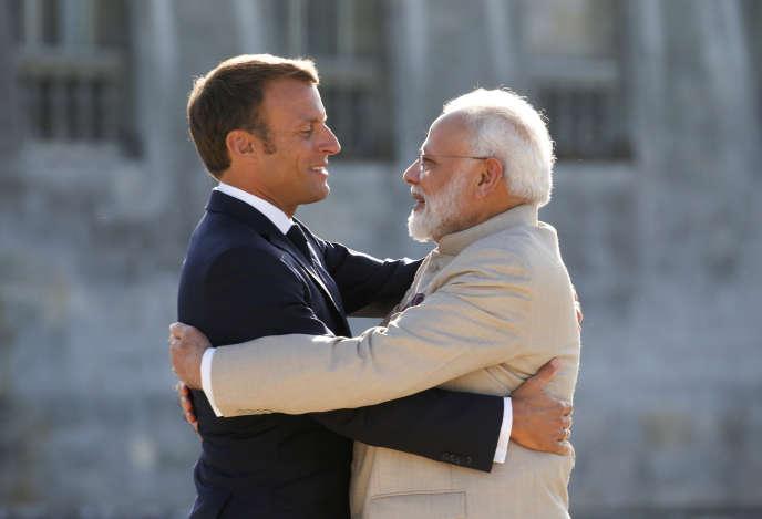 Le président français, Emmanuel Macron, aux côtés du premier ministre indien, Narendra Modi, dans la cour du château de Chantilly, le 22 août.