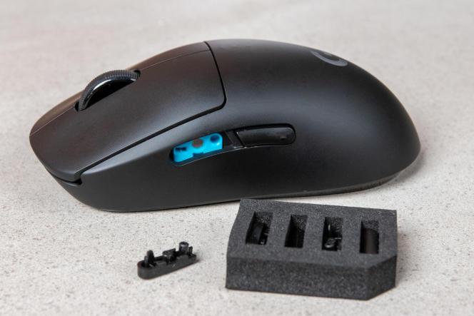 Les plaques magnétiques situées sur la droite et sur la gauche de la souris sont amovibles. On peut ainsi l'adapter pour une utilisation par un gaucher ou par un droitier (ou en mode ambidextre). Ce modèle dispose aussi de protections pour les boutons que l'on n'utilise pas.