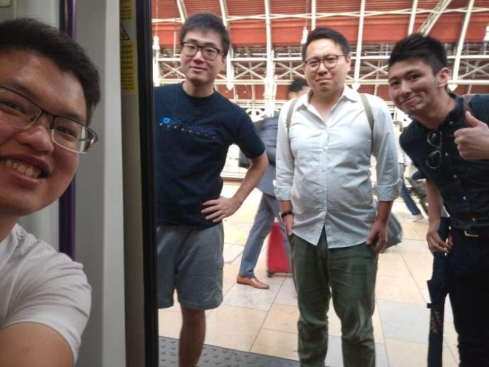 Simon Cheng (debout, en bleu), l'employé du consulat britannique que la Chine affirme avoir placé en détention, ici dans une photo d'archives personnelles.