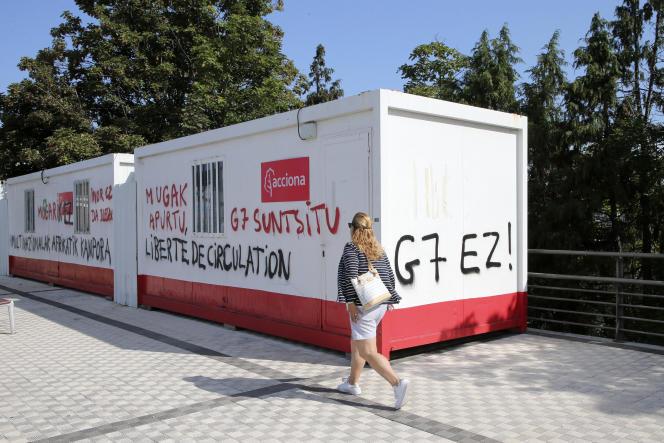 Des graffitis anti-G7 écrits en langue basque dans la ville frontalière d'Irun, en Espagne, le 21 août.