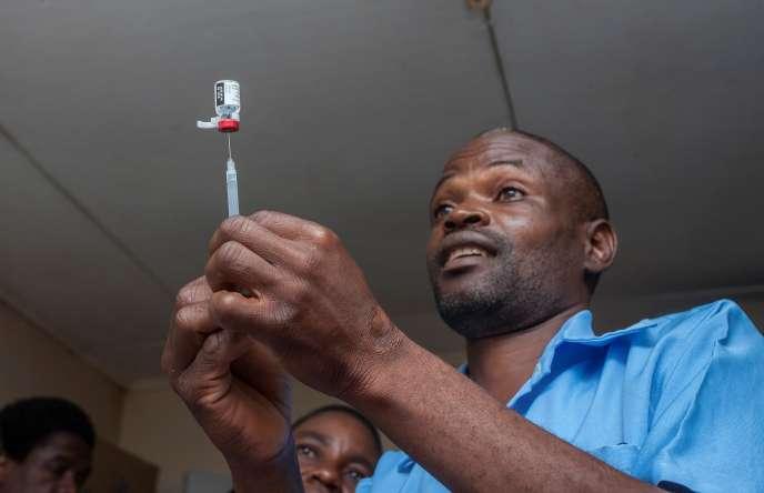 Un agent de santé s'apprête à vacciner un enfant à l'hôpital Mitundu de la capitale du Malawi, Lilongwe, le 23 avril 2019.