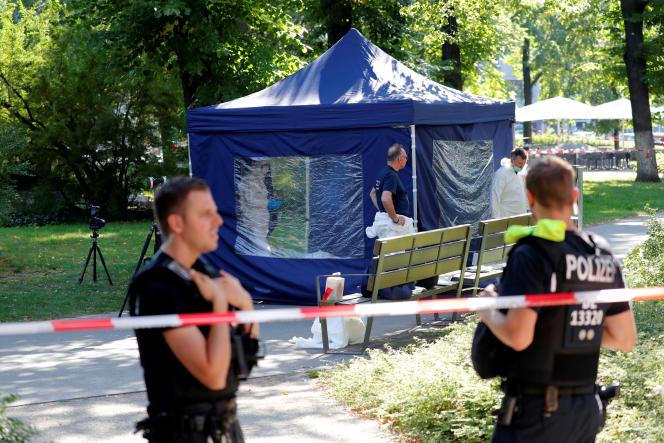 Les policiers analysent la scène de crime après queZelimkhan Khangoshvili a été abattu, le 23 août.