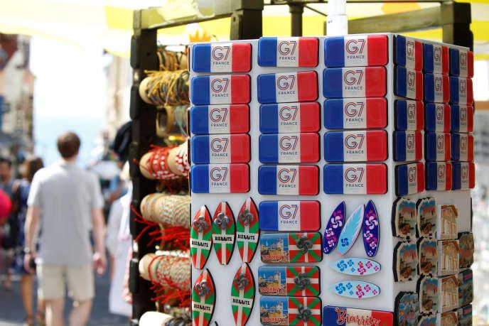 Aimants aux couleurs du G7 vendus dans les rues de Biarritz, le 22 août.