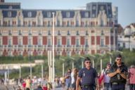 Des policiers patrouillent près de l'Hôtel du Palais à Biarritz le jeudi 22 août.