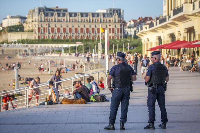 Jeudi 22 août, des policiers patrouillent près de l'hôtel du Palais, à Biarritz, où seront accueillis les dirigeants des pays membres du G7. 2019©Jean-Claude Coutausse pour «Le Monde»