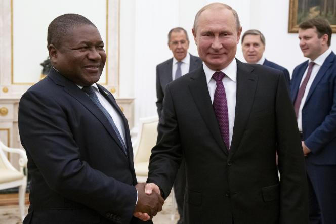 Les présidents Filipe Nyusi (Mozambique) et Vladimir Poutine (Russie) au Kremlin, à Moscou, le 22août 2019.