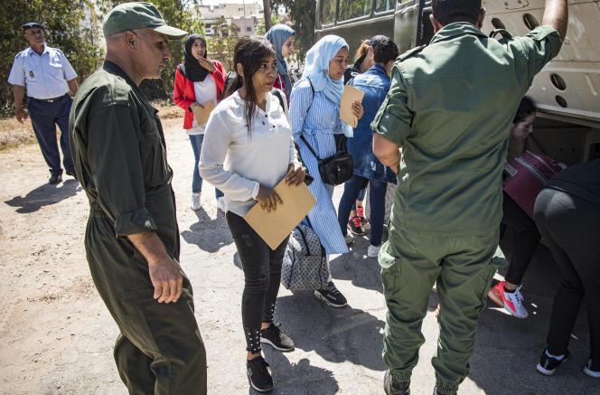 Des candidates au service militaire arrivent sur la base de Kenitra, au Maroc, le 19août 2019.