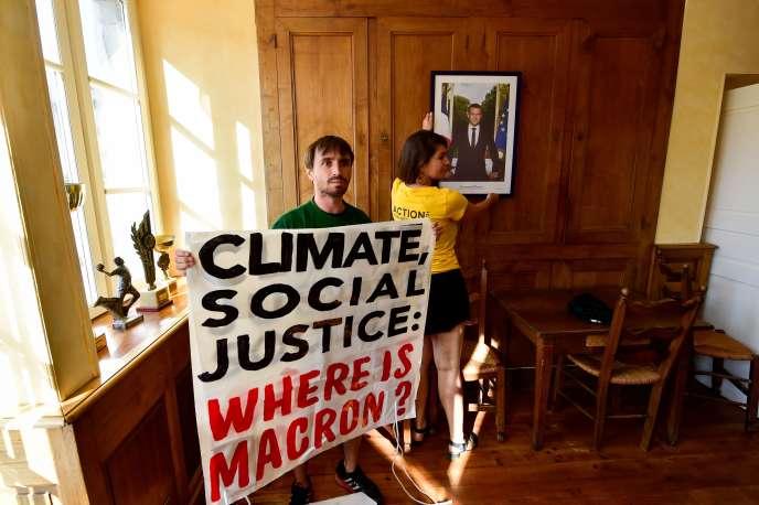 Des militants d'ANV-COP21, vendredi 23 août à Biarritz.