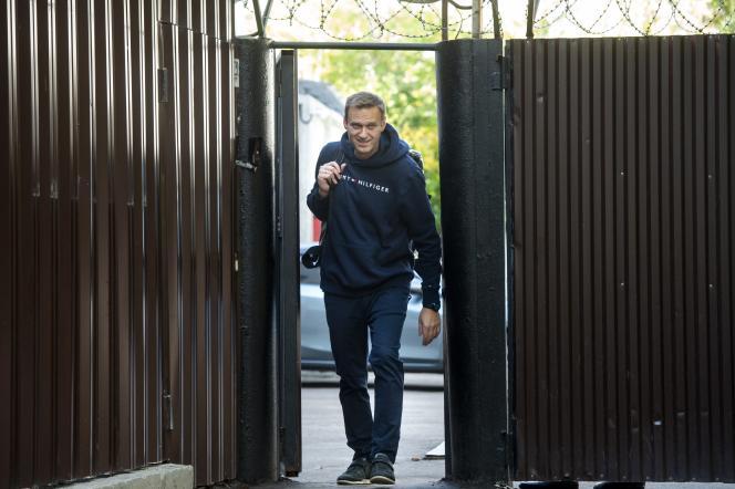 L'opposant russe Alexeï Navalny, le 23 août à Moscou, à sa sortie de prison.