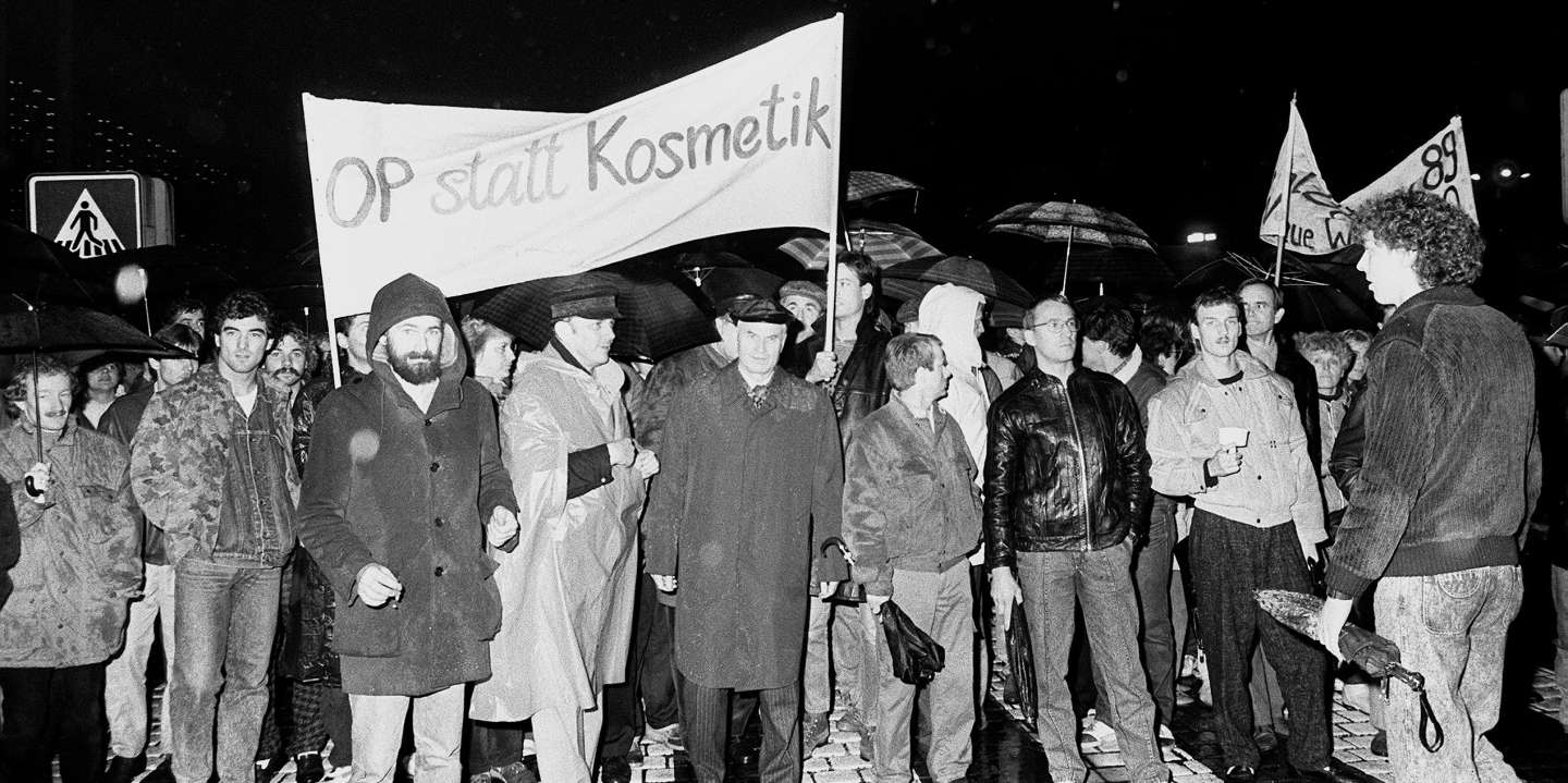 Hans Modrow (C), First Secretary of the SED in Dresden, Dresden's mayor Wolfgang Berghofer (next to him L) and members of the oppositional group 'Gruppe der 20' take part in a Monday demonstration in Dresden in October/November 1989.From early October on, Monday demonstrations took place in Dresden. The oppositional 'Guppe der 20' formed right at the beginning to negotiate with those in charge in Dresden. Photo: Ulrich Haessler (dpa) (MaxPPP TagID: dpaphotos164998.jpg) [Photo via MaxPPP]