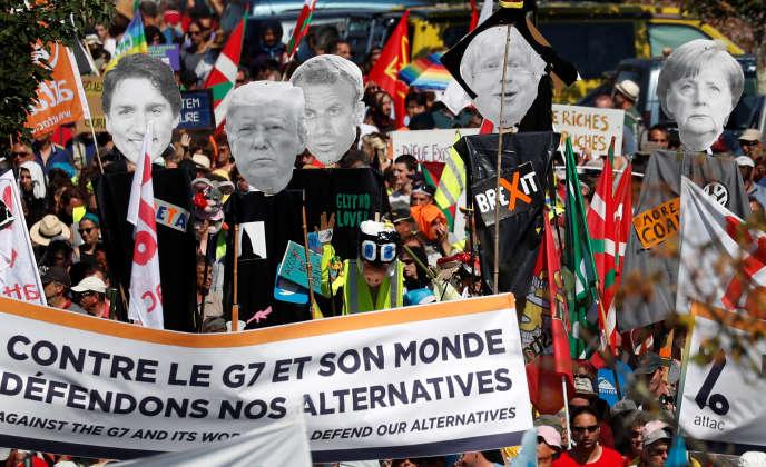 Plusieurs milliers de personnes manifestent entre Hendaye et Irun, à la frontière espagnole, contre le G7 qui se déroule à Biarritz, le 24 août.