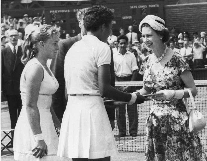 Le 6 juillet 1957, la reine Elizabeth II remet en personne le titre de Wimbledon à Althea Gibson.