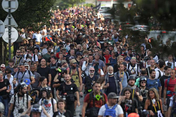 Des manifestants marchent en direction de Bayonne pour témoigner leur opposition au G7, le 24 août.