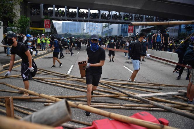 Samedi, les protestataires ont érigé en travers d'une rue une barricade faite de barrières en plastique et de tiges de bambou.