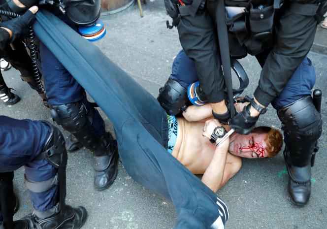 Un manifestant est immobilisé par les forces de l'ordre, lors d'une marche contre le G7, à Hendaye, le 24 août.