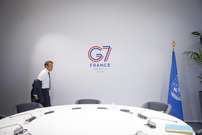 Emmanuel Macron arrive à une réunion du G7 à Biarritz, dimanche 25 août 2019.