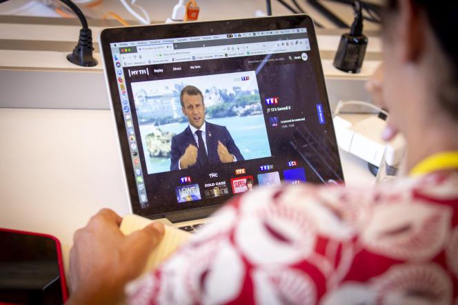 Emmanuel Macron s'adresse aux Français quelques heures avant l'ouverture du G7, depuis le casino Barrière, à Biarritz, le 24 août.