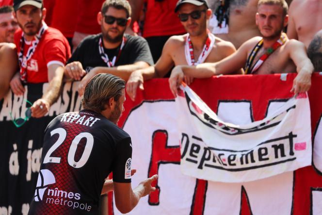 Le Nîmois Renaud Ripart demande à ses supporteurs de stopper leurs chants insultants lors de Monaco-Nice le 25 août.