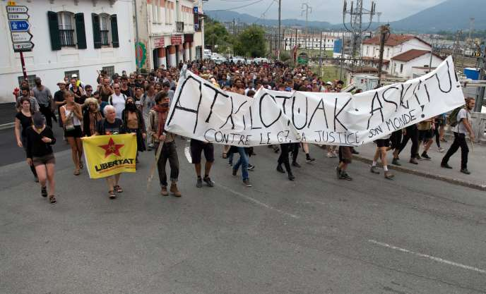 Counter-protesters at the G7 summit in Hendaye, Sunday 25 August.