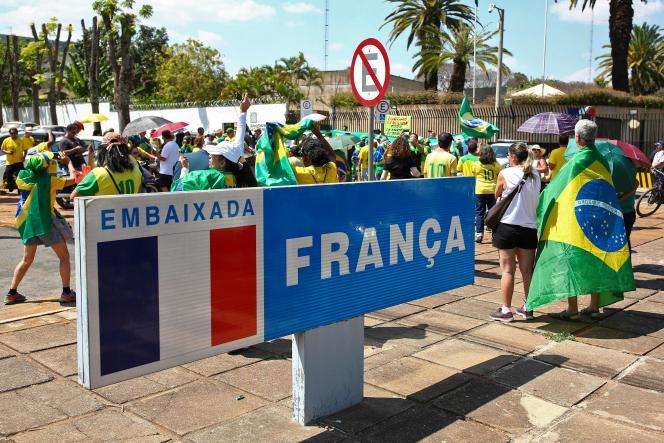 Une manifestation de soutien au président brésilien Jair Bolsnora devant l'ambassade franàçaise à Brasilia, le 25 août.