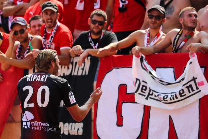 Le joueur nîmois Renaud Ripart vient parler à ses supporteurs lors de Monaco-Nîmes.