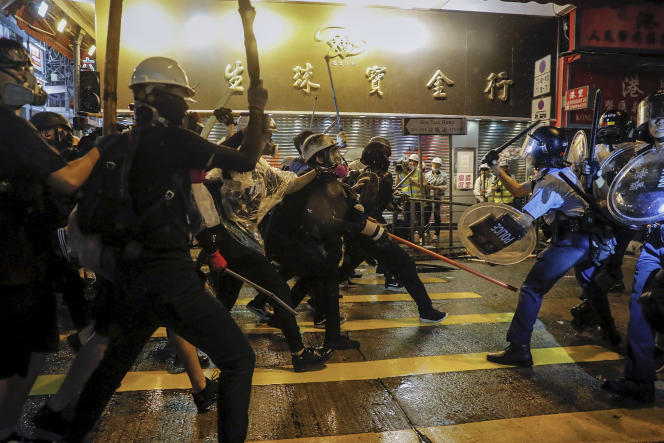 De violents affrontements ont eu lieu à Hongkong dimanche 25 août entre manifestants et forces de l'ordre.