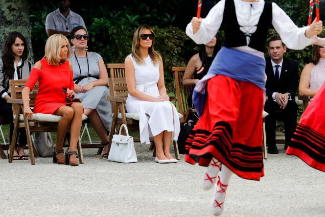 Brigitte Macron et Melania Trump assistent à un spectacle de danse traditionnelle à Cambo-les-Bains, dimanche 25 août.