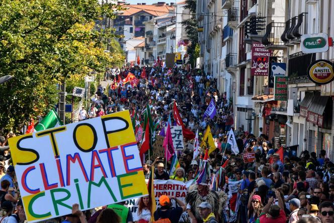Sur les différentes pancartes érigées par les manifestants, les mêmes appels à défendre la planète, à Hendaye, le 24 août.